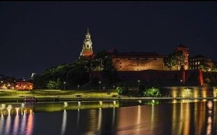 Sightseeing Krakow-view on Wistula River and Wawel Castle.